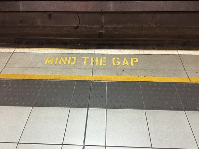 Mind-the-gap-882368 640.jpg