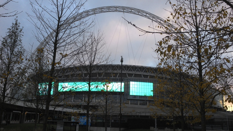 File:Wembely stadium arch and screens.jpg